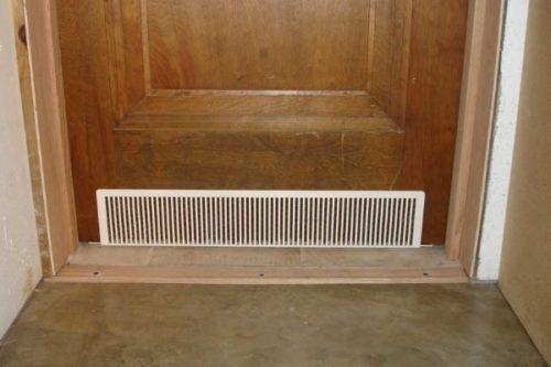 Пример вентиляционных отверстий в дверях