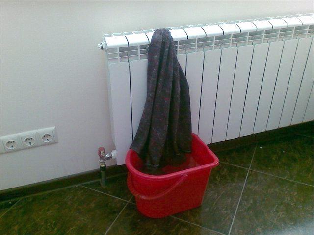 Емкость с водой - действенный способ увлажнения квартиры
