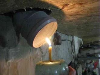 Проверка вентиляции подвала при помощи пламени свечи